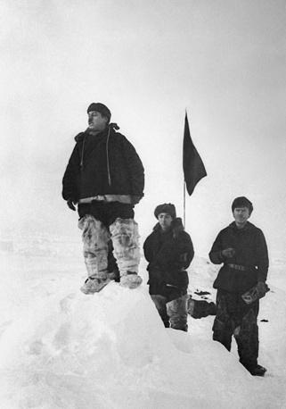 Размер льдины составлял 3 на 5 км, толщина - 3 м. Помимо Папанина, в экспедицию вошли метеоролог и геофизик Евгений Федоров, радист Эрнст Кренкель, гидробиолог и океанограф Петр Ширшов. Ученые и пес Веселый провели на льдине 274 дня