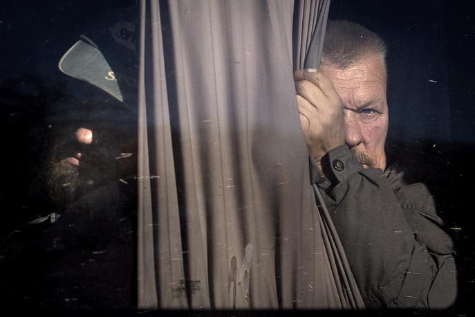 28 октября. Военнослужащие украинской армии во время обмена пленными между украинской армией и ополчением ЛНР около города Счастье, Луганская область. Обмен пленными стал одним из ключевых пунктов договоренностей, которые были достигнуты 5 сентября на встрече контактной группы по Украине в Минске. С тех пор он проводился регулярно начиная с 12 сентября