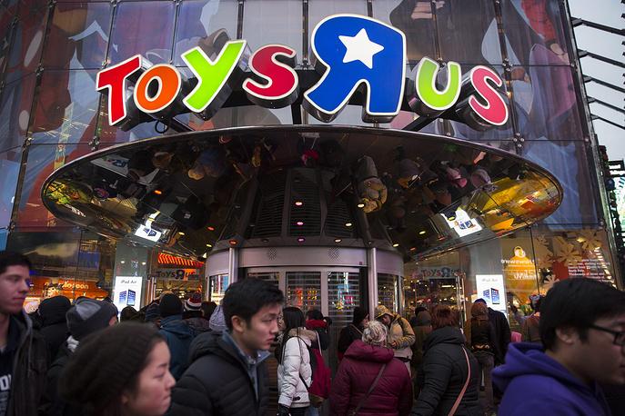 Покупатели перед торговым центром Toys R Us в Нью-Йорке