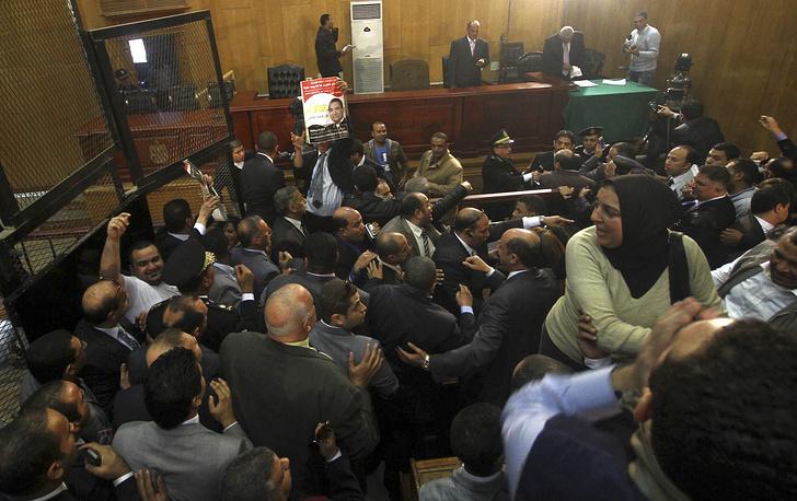 Вердикты выносились сразу по нескольким делам - о гибели демонстрантов в дни январской революции 2011 года, об экспорте газа в Израиль по заниженным ценам и о коррупции, связанной с незаконным присвоением вилл в Шарм-эш-Шейхе семьей Мубарака