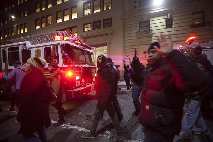 В крупных городах США возобновились акции протеста против решения не привлекать к суду полицейского Дэниела Панталео, который при задержании задушил афроамериканца Эрика Гарнера. В Нью-Йорке полиция задержала 30 участников митинга. На фото: беспорядки в Нью-Йорке