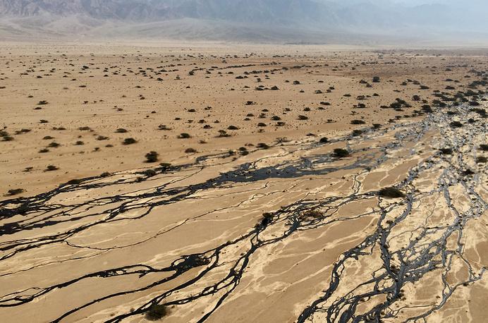 """На юге Израиля в заповеднике произошел разлив нефти. Министерство защиты окружающей среды Израиля назвало аварию на нефтепроводе """"одним из самых серьезных инцидентов в области экологии за всю историю страны"""""""