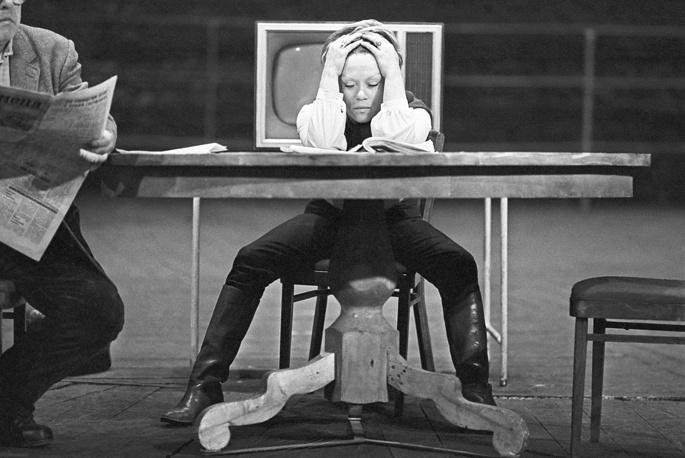 """Алиса Фрейндлих на репетиции спектакля """"Киноповесть с одним антрактом"""" по пьесе А.Володина, 1984 год"""