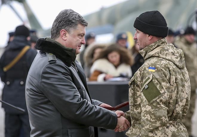 Президент Украины Петр Порошенко во время поздравления военнослужащих 92-й механизированной бригады с днем ВС Украины и передачи 100 единиц тяжелого вооружения в городе Чугуев