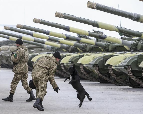 Военная техника, переданная президентом Украины Петром Порошенко 92-й механизированной бригаде в городе Чугуев