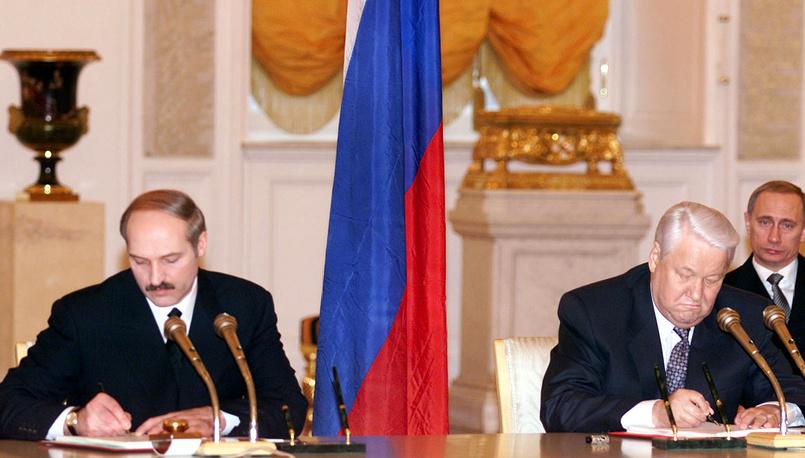 Главы России и Белоруссии Борис Ельцин и Александр Лукашенко в ходе подписания Договора о создании Союзного государства, 8 декабря 1999 г.