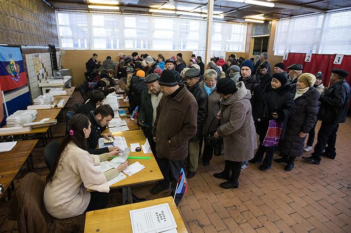 Жители Луганска во время голосования на выборах главы ЛНР и депутатов Народного Совета республики на избирательном участке.