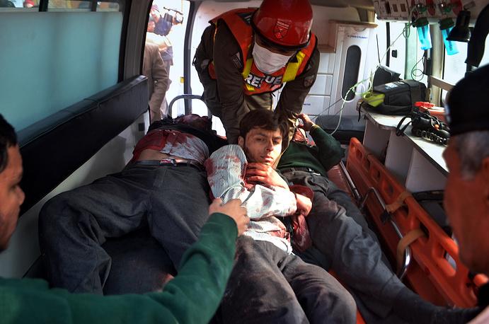 Число жертв теракта стремительно растет, больницы Пешавара переходят на усиленый режим работы