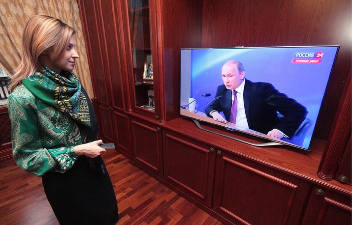 Прокурор Крыма Наталья Поклонская смотрит трансляцию большой пресс-конференции президента РФ Владимира Путина в рабочем кабинете, Симферополь, 18 декабря