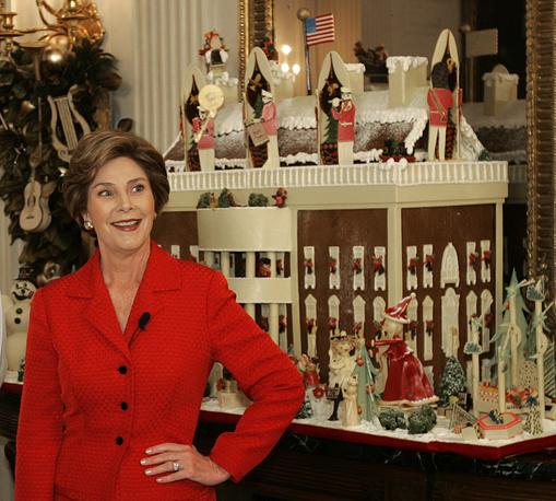 Первая леди США Лаура Буш у традиционного пряничного домика, 2004 год
