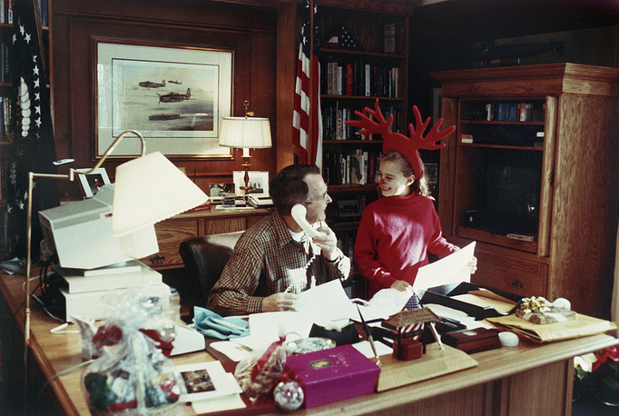 Президент Джордж Буш с внучкой Лорен, 1992 год