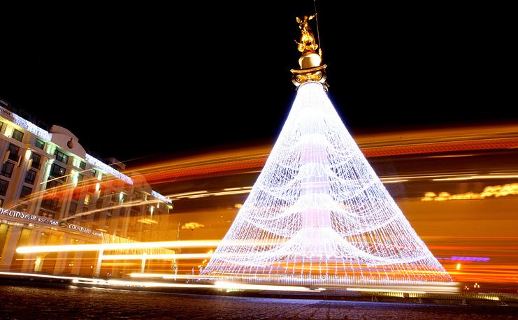 Статуя Святого Георгия, украшенная как рождественская елка, в центре Тбилиси, Грузия