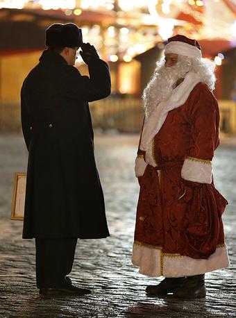Водитель в костюме Деда Мороза, который доставил главную новогоднюю елку страны, на пропускном пункте у Кремля
