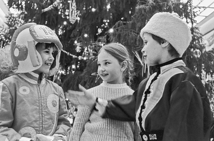 Школьники на новогоднем празднике в Кремлевском дворце съездов, Москва, 1976 год