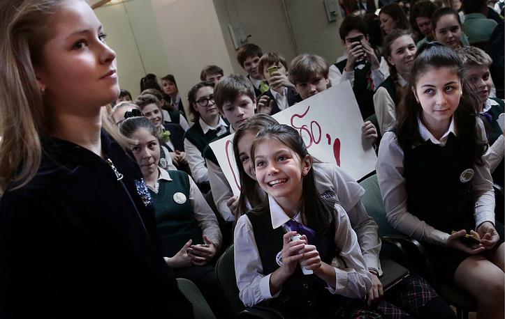Олимпийская чемпионка в командных соревнованиях фигуристка Юлия Липницкая (слева) во время олимпийского урока в школе № 127