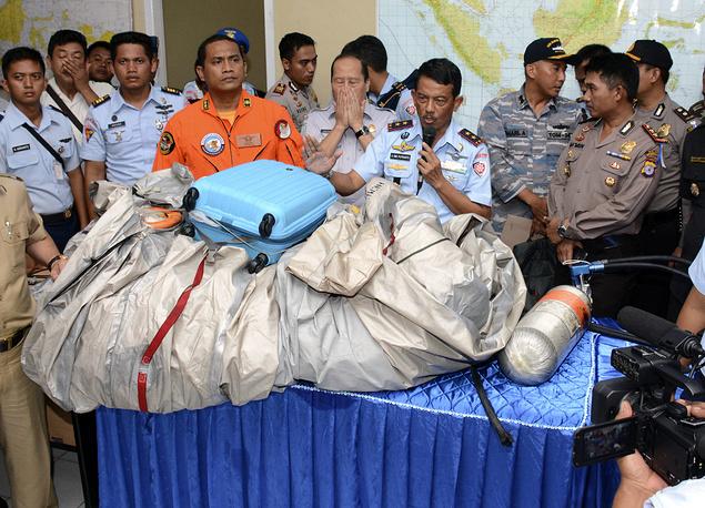 Детали самолета и чемодан, найденные на месте предполагаемого падения самолета Airbus А320-200 авиакомпании AirAsia