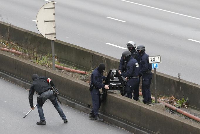 По предварительным данным, 4 человека погибли в ходе атаки террориста на магазин. Квартал был полностью оцеплен