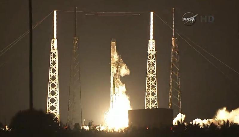"""10 января с базы ВВС США, расположенной рядом с космодромом на мысе Канаверал, состоялся успешный запуск американского грузового космического корабля Dragon. Для вывода """"грузовика"""" на орбиту была использована ракета-носитель Falcon 9"""