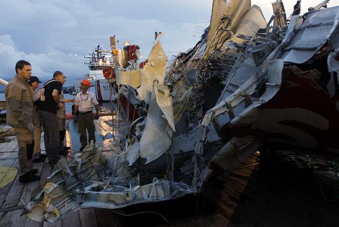"""Генеральный директор авиакомпании AirAsia Тони Фернандес считает 11 января важнейшим днем поисков. """"Для меня самым важным остается поиск фюзеляжа самолета"""", поскольку, как предполагается, там могут находиться большинство погибших"""", - подчеркнул Фернандес"""