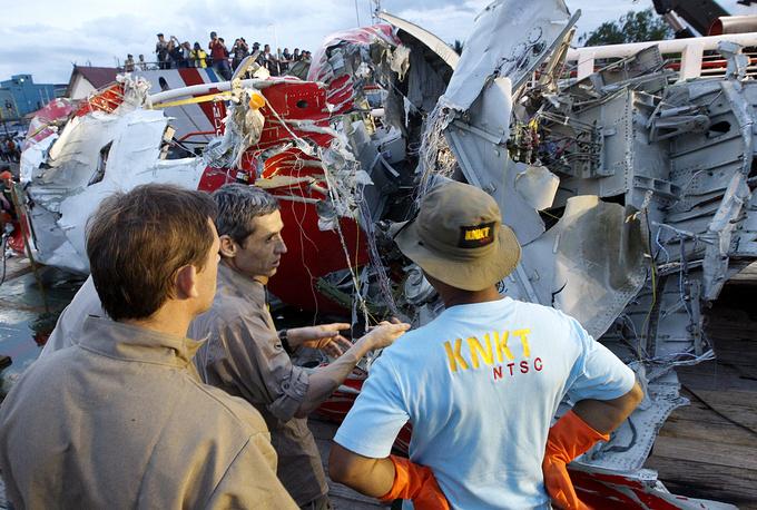 11 января специалисты продолжили операцию по поднятию частей фюзеляжа самолета