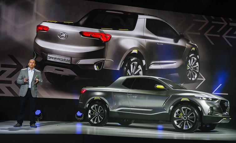 Директор по корпоративному планированию Hyundai Motor America Марк Дипко представляет концептуальный пикап Hyundai Santa Cruz