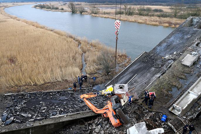 13 января в Калининграде во время демонтажа рухнул Берлинский мост. Обломками опоры и пролета завалило находящихся рядом рабочих, четыре человека погибли