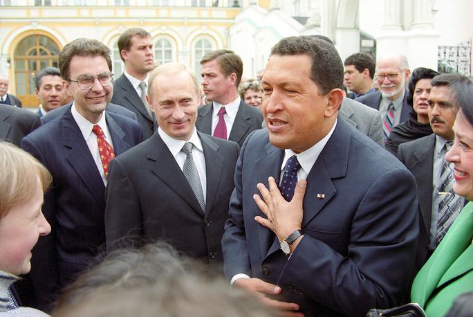 Президент РФ Владимир Путин и президент Венесуэлы Уго Чавес во время прогулки на Соборной площади Кремля, 2000 год