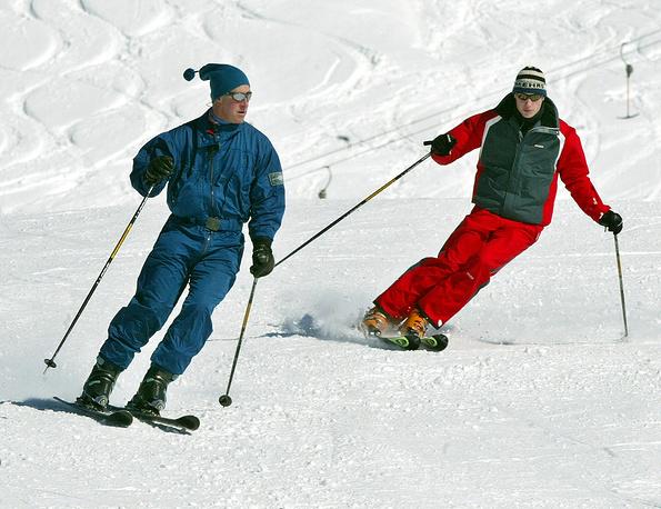 Принц Уэльский Чарльз (слева) и принц Уильям во время отдыха в городе Клостерс, Швейцария, 2004 год