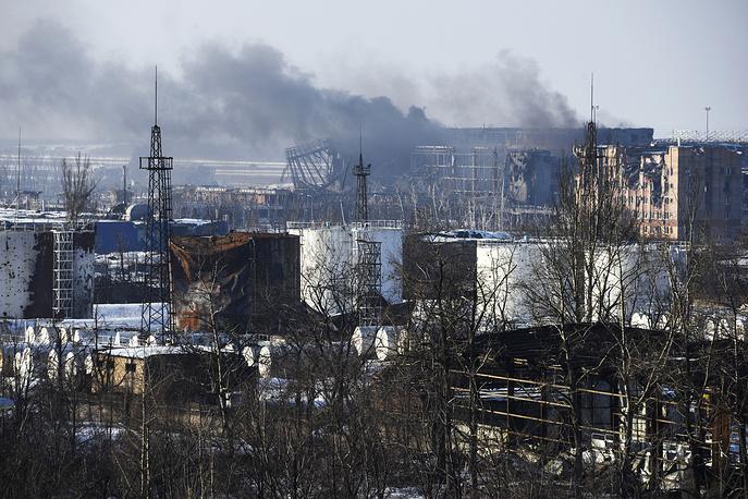 17 и 18 января украинские силовики предприняли попытку полностью взять под контроль аэропорт Донецка. Ранее в оборонном ведомстве провозглашенной ДНР заявили, что все украинские силовики покинули его территорию, однако представитель СНБО Андрей Лысенко опроверг эту информацию. На фото: вид на аэропорт, 15 января 2015 года