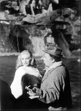 """Шведская актриса Анита Экберг с Федерико Феллини на съемках фильма """"Сладкая жизнь"""" в Риме, 1960 год. Картине была присуждена """"Золотая пальмовая ветвь"""" Каннского кинофестиваля"""