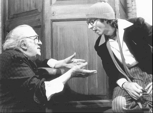 """Федерико Феллини с актером Роберто Бениньи на съемках фильма """"Голоса Луны"""", 1990 год. Этот фильм стал последней работой режиссера"""