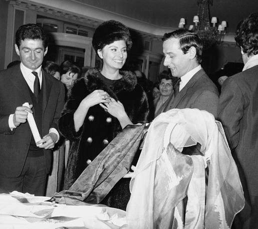 В 1960 году Ива Сен-Лорана сменил Марк Боан. На фото: актриса Софи Лорен разговаривает с арт-директором Christian Dior Марком Боаном, 1962 год
