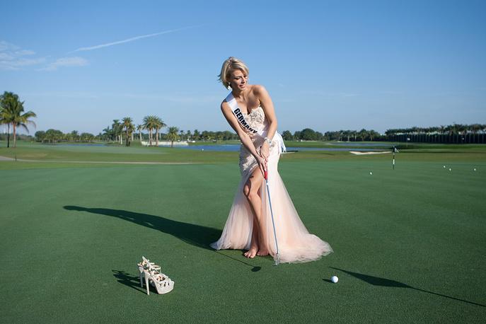 Мисс Германия Жозефин Донат учится играть в гольф в рамках подготовки к конкурсу, 7 января