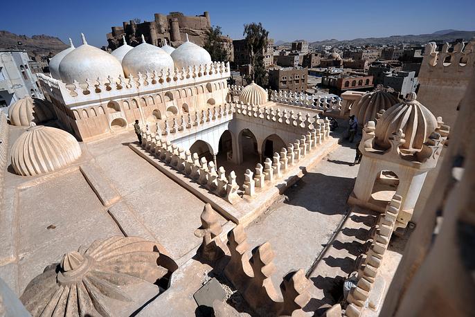 Вид на древний город-крепость Рада на юге Йемена. Исламская школа аль-Амирия (с куполами) построена в начале XVI века
