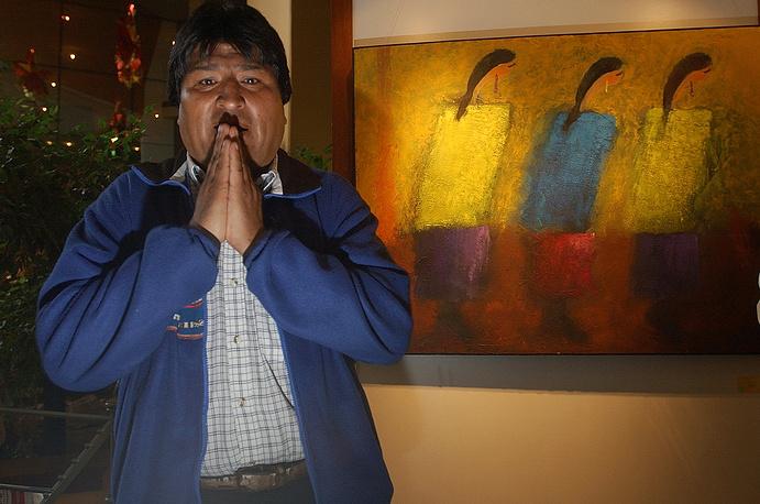 """Глава Боливии выступает ярым критиком политики Вашингтона. 10 сентября 2008 года Моралес потребовал, чтобы посол США покинул Боливию, и обвинил его в поддержке оппозиции и антиправительственном заговоре. В ответ Вашингтон объявил персоной нон грата боливийского посла. С тех пор страны не поддерживают отношения на таком уровне. На фото: член партии """"Движение к социализму"""" (MAS) Эво Моралес перед встречей с Джимми Картером, 2003 год"""