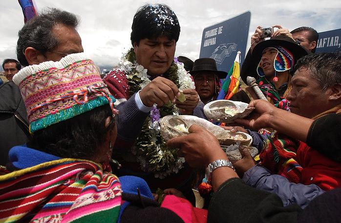 Официально Эво Моралес не женат, однако в шутку не раз говорил, что его спутницей жизни стала Боливия. На фото: избранный президент Боливии Эво Моралес во время кампании перед инаугурацией в 2006 году