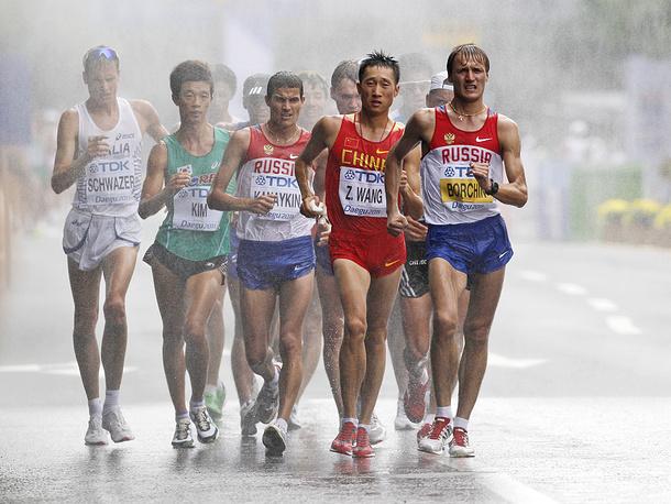 Валерий Борчин был повторно уличен в нарушении антидопинговых правил. В 2005 году его поймали на употреблении запрещенного препарата - эфедрина, за что ходок понес годичную дисквалификацию. Спортсмен лишен золотых наград ЧМ-2009 и ЧМ-2011 и дисквалифицирован на восемь лет. На фото: Валерий Борчин (справа) во время спортивной ходьбы на дистанции 20 км на чемпионате мира 2011 года в Тэгу