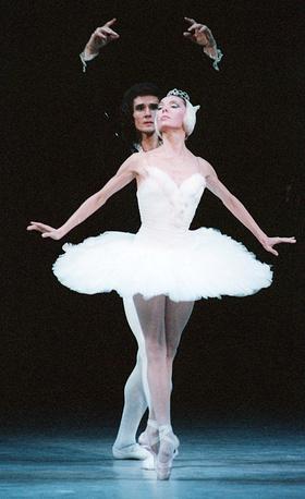 Галина Мезенцева (Одетта) и Сергей Горбачев (Ротбарт) исполняют адажио из балета, 1997 год
