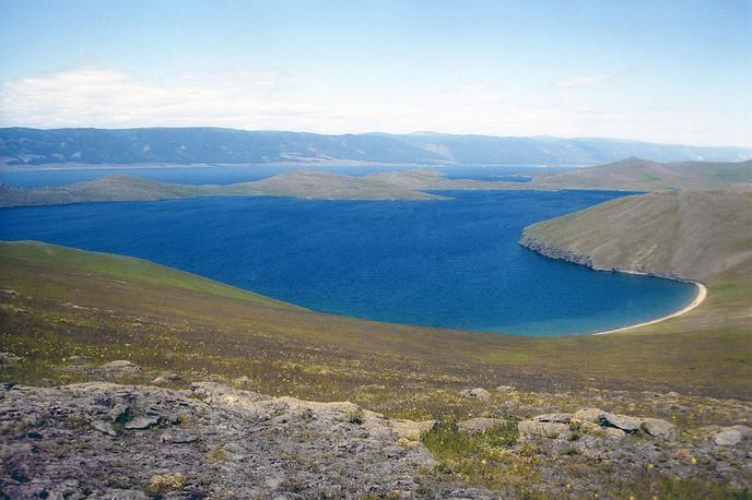 21 января в районах, прилегающих к озеру Байкал, введен режим повышенной готовности в связи с маловодностью. На фото: вид на озеро Байкал с острова Ольхон