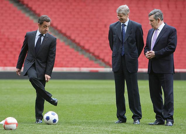 """Николя Саркози, главный тренер английского футбольного клуба """"Арсенал"""" Арсен Венгер и премьер-министр Англии Гордон Браун на стадионе Emirates в Лондоне, 2008 год"""