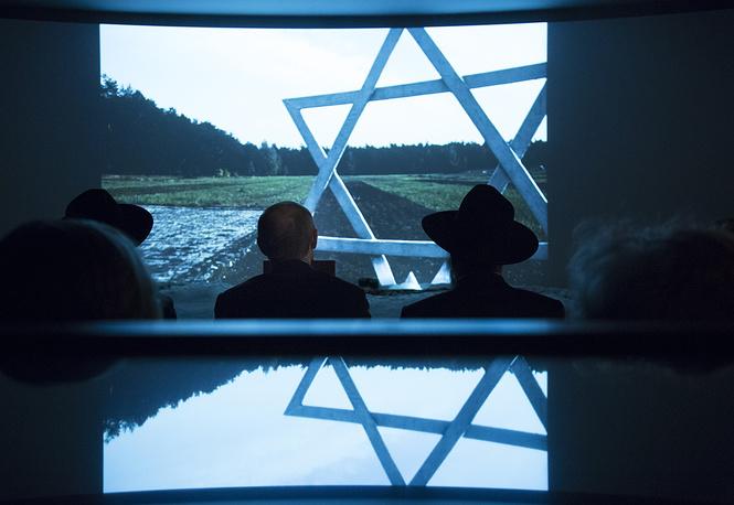 27 января в день 70-й годовщины освобождения узников Освенцима президент РФ Владимир Путин (на фото в центре) посетил Еврейский музей и центр толерантности в Москве