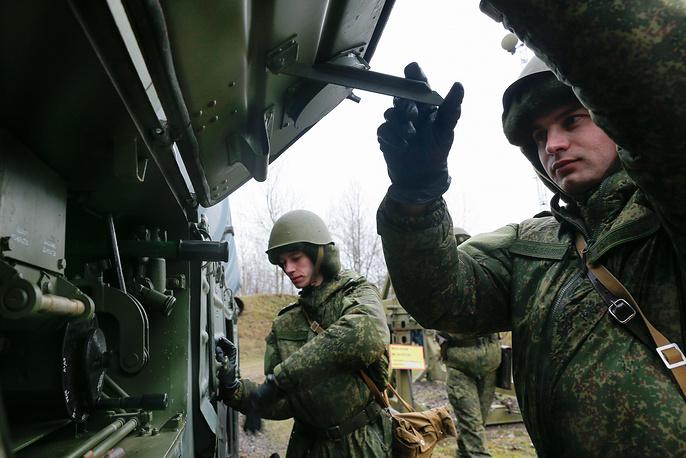 Боевой расчет ЗРК С-300 готовит пусковую установку комплекса к переходу в боевое положение