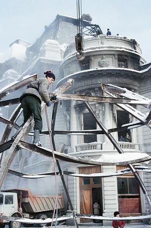22 декабря 1989 года во время революции в Румынии, в результате которой был свергнут Николае Чаушеску, была сожжена Центральная университетская библиотека Бухареста. По ней велся огонь из танков. Погибло более 500 тыс. книг, включая рукописи румынских писателей Михая Эминеску, Мирчи Элиаде и др.