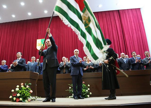 Избранному главе Абхазии Раулю Хаджимбе на церемонии вступления в должность вручили национальные атрибуты власти - шашку и абхазский посох. На фото: инаугурация президента Абхазии Рауля Хаджимбы, 25 сентября 2014 года