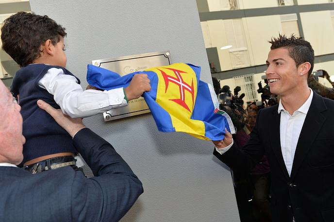 В 2010 году у Роналду родился сын, имя матери не называется. На фото: Криштиану Роналду и его сын на церемонии открытия музея Роналду в его родном городе Фуншале, 2013 год