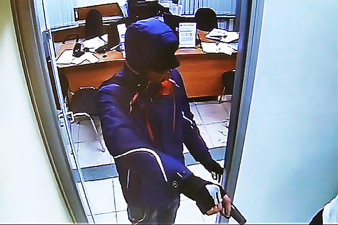 Стоп-кадр с камеры наблюдения в банке