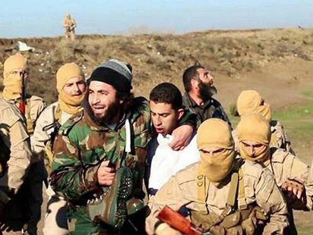 """3 февраля боевики """"Исламского государства"""" распространили в интернете фото- и видеоматериалы, на которых запечатлено убийство иорданского летчика. На этих кадрах показано, как старший лейтенант иорданских ВВС Муаз Юсеф аль-Касасба (на фото в центре), самолет которого потерпел крушение 24 декабря 2014 года над сирийским городом Ракка, был заживо сожжен экстремистами"""