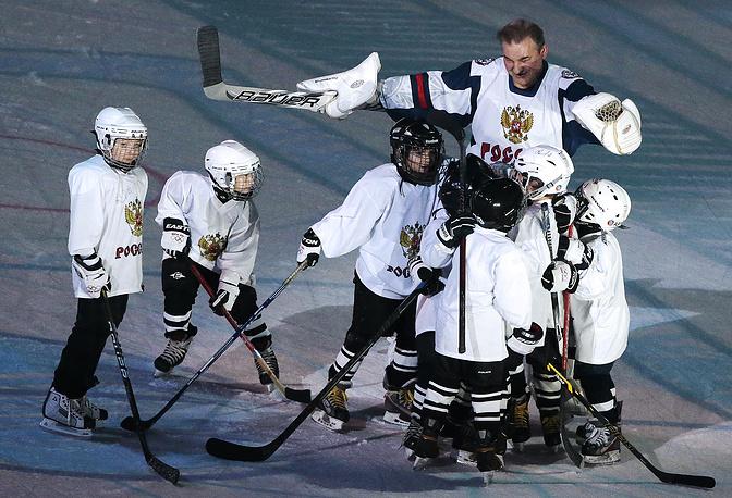 Владислав Третьяк с детской хоккейной командой
