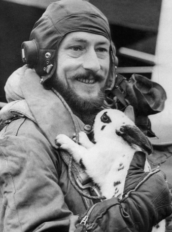 """Капитан Франсуа Маршал. Пилот бамбардировщика """"Галифакс """"Q"""" Queenie"""". После завершения 58 операции над вражеской территорией, 25 апреля 1945 года"""