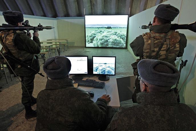 Абхазия. Гудаута. Военнослужащие 7-й военной базы ВС России во время занятий на компьютерных тренажерах.